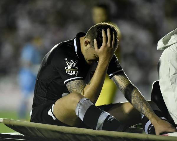 Desolado, Bruno Paulista deixa o gramado após sentir dor na coxa
