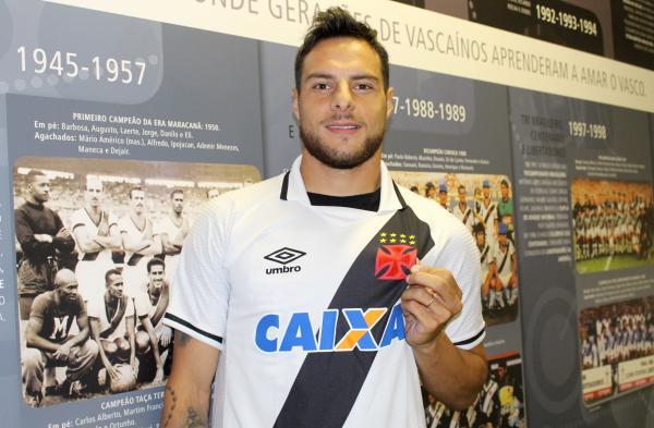 Leandro Desábato exibe cruz de malta com orgulho