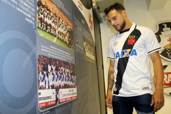 Leandro Desábato observa painel com conquista da Libertadores