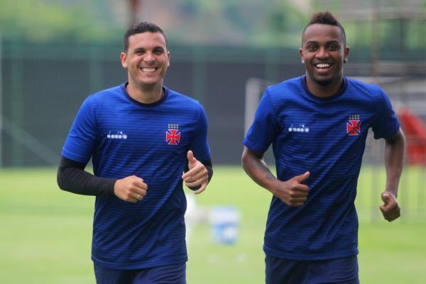 Ramon e Kelvin correm juntos ao redor do gramado