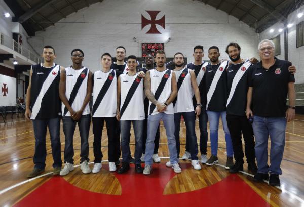 Jogadores posam com o técnico Alberto Bial