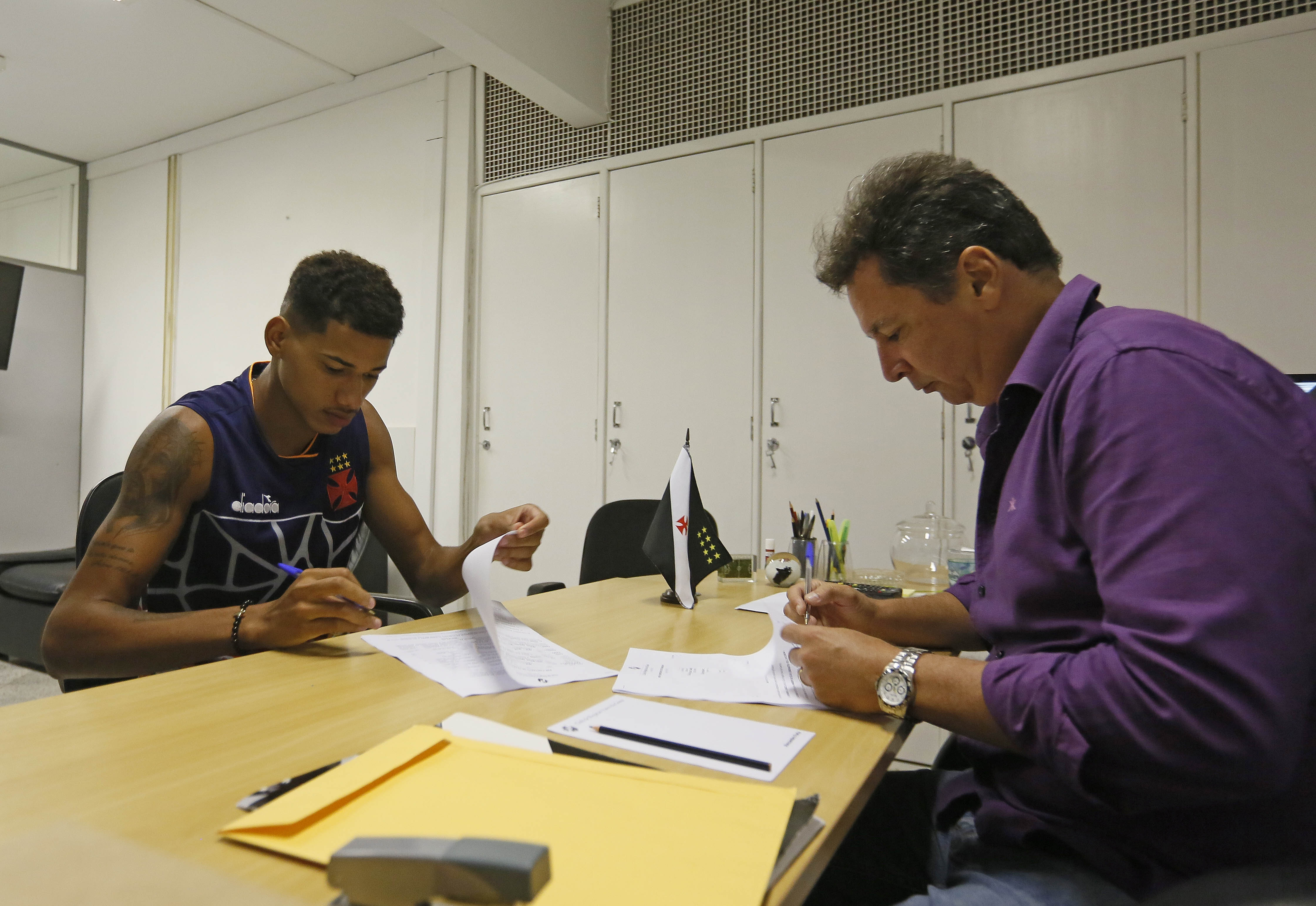 Marrony e Alexandre Faria na assinatura do contrato