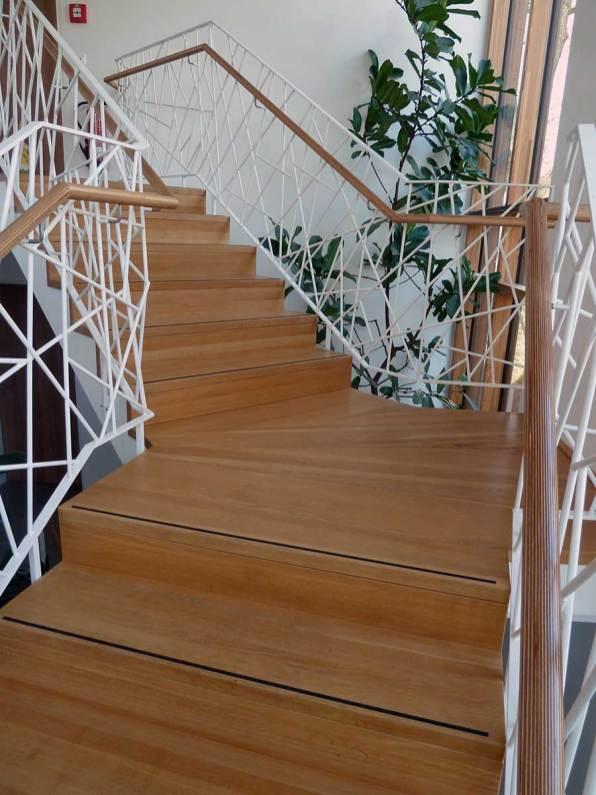 Treppe-in-Eiche-Massivholz-gebuerstet-und-goelt-bearbeitet