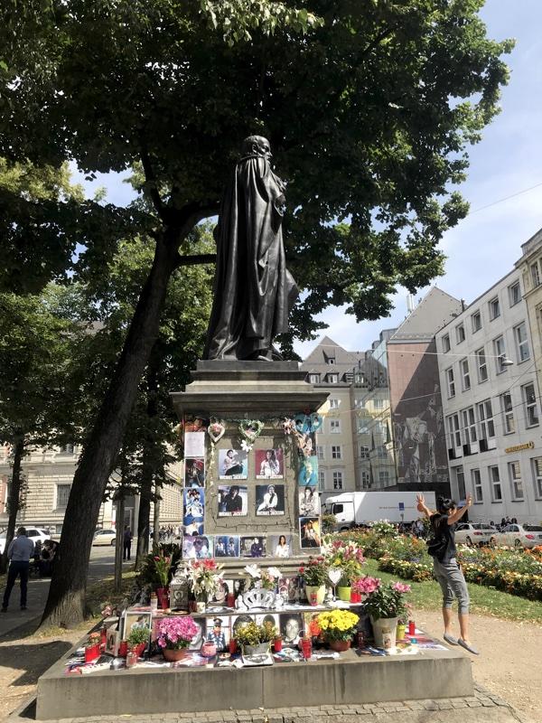 Das merkwürdige Michael Jackson Denkmal vor dem Münchner Bayerischen Hof.