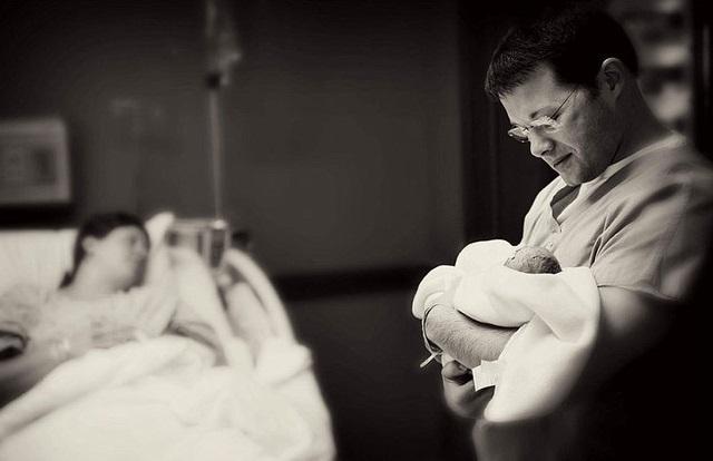 Des photos poignantes de parents posant avec leur bébé3