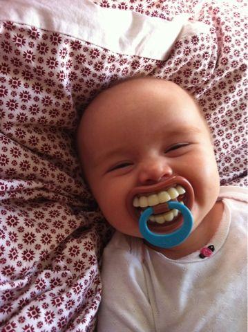 news bebe montre ses dents