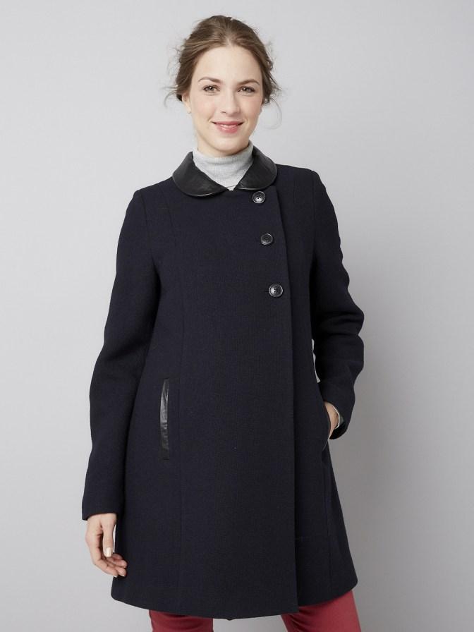 Ce manteau de grossesse en laine possède un boutonnage asymétrique qui apporte de la modernité dans votre look. Son col imitation cuir le rend tout aussi tendance ! Grâce à cette pièce mode, vous serez chic et au chaud ! Manteau Colline de Verbaudet. 99 euros.