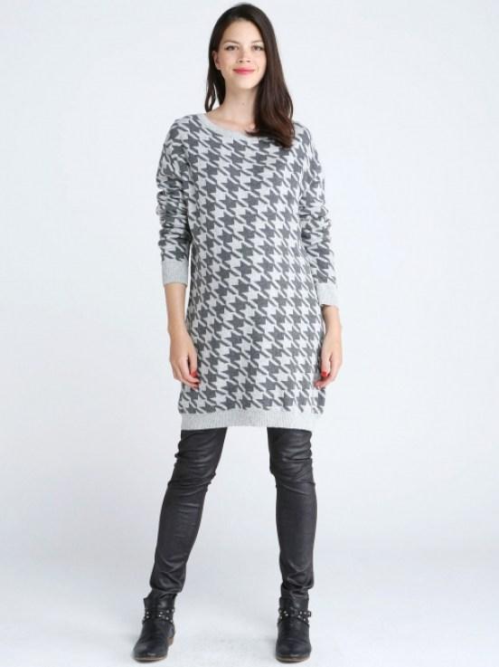 Totalement au chaud grâce à cette robe pull qui contient du cachemire et du coton et qui nous protègera de toutes les brises du froid. Robe pull de grossesse à motifs gris Syrina, Emoi émoi, 99,90 euros.