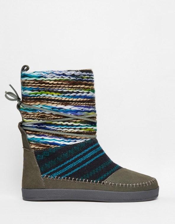 Les après-ski Nepal TOMS couleur Kaki seront vraiment parfait pour cet hiver !  Avec 50% de daim, vous sentirez vos petits petons vraiment au chaud. Vues chez Asos, ces après-ski colorés et fun sont au prix de 103,99 euros.