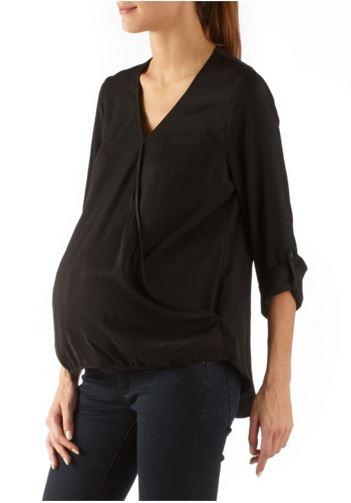 Son encolure dégagée et sa forme cache-coeur permettent le confort et l'élégance même enceinte avec cette blouse. Ce basique à manches 3/4 se porte aussi bien  avec une jupe qu'avec un pantalon et sa matière satinée nous plaît ! Blouse satinée, Camaïeu, 12 euros.