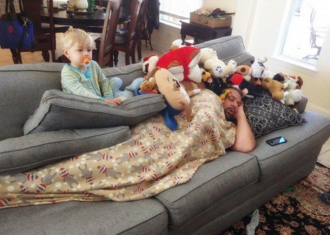 bebe regarde tv pendant sieste sur papa