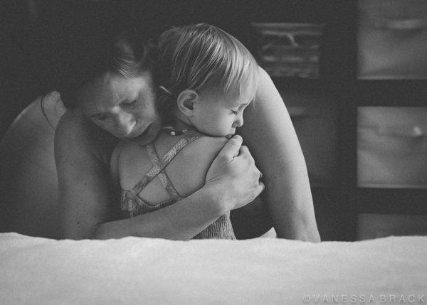 photographes-professionnels-immortalisent-debut-accouchement-10