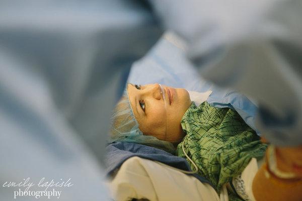 photographes-professionnels-immortalisent-debut-accouchement-7