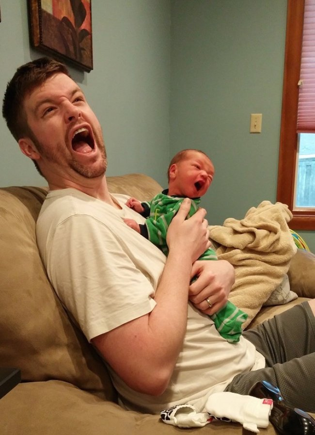 Quotidien des parents - bebe et papa font la grimace