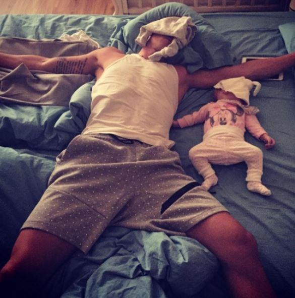 Quotidien des parents - papa qui dort avec bebe