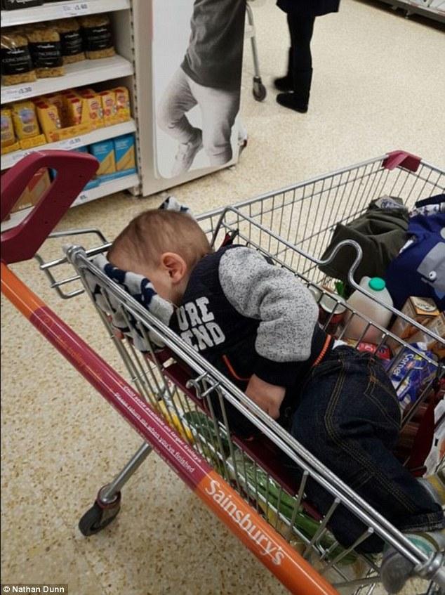 bebes-enfants-photos-endormis-nimporte-ou-4