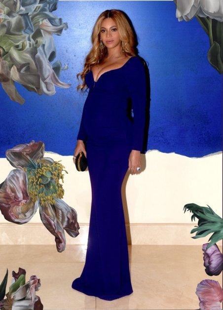Beyoncé look de grossesse robe de soirée longue bleue moulante, décolleté plongeant
