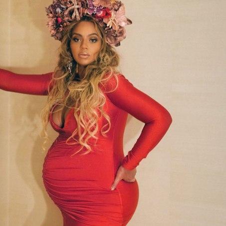 Beyoncé look de grossesse robe moulante, décolleté plongeant rouge vermillon, couronne de fleurs