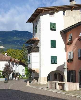 Laubenhaus mit Erker / edificio storico con balconcino