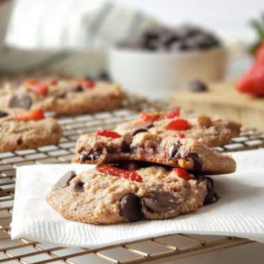 What's better than a perfectly soft and chewy chocolate chip cookie? One that's super nutritious, Paleo, vegan and perfumed by strawberries! This recipe includes both freeze-dried strawberries and strawberry puree for maximum strawberry flavor. Make these healthy strawberry chocolate chip cookies for loved ones and enjoy them yourself. They're the treat that loves you back!