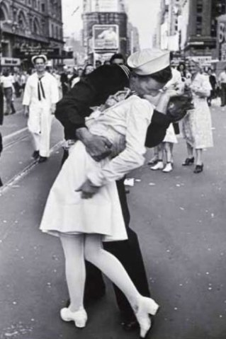 famous-kisses-end-of-world-war-two-alfred-eisenstaedt-times-square