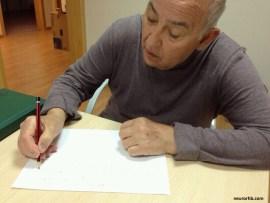 El paciente escribe la receta en el taller de alimentación neurochef