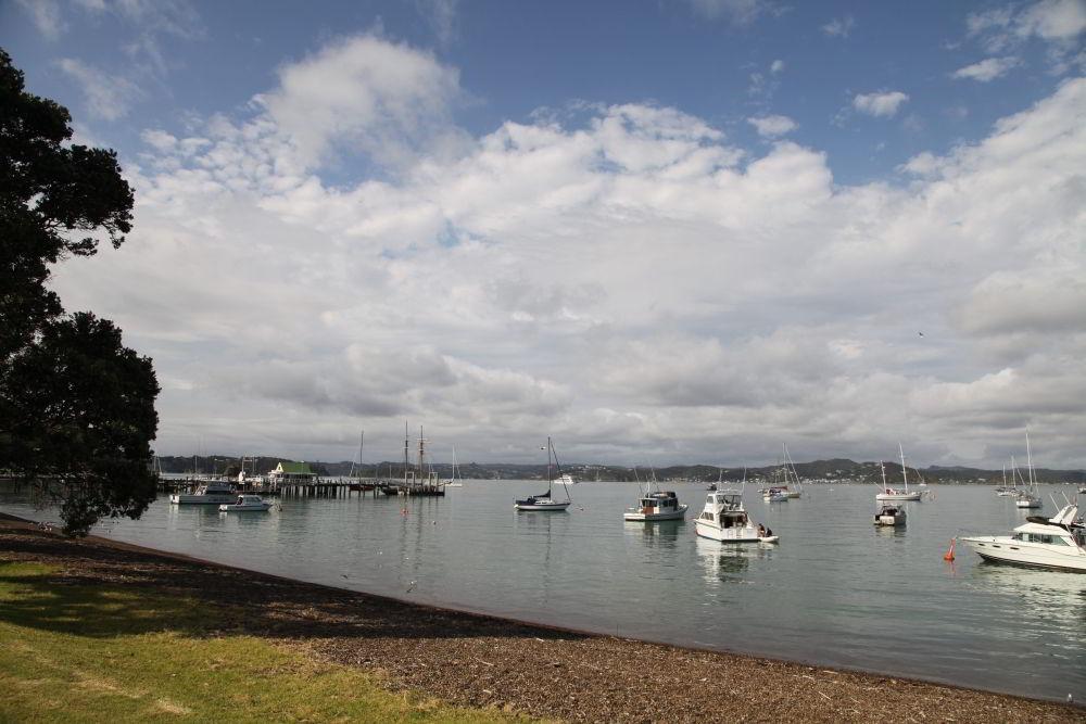 Bucht und Hafen von Russell.