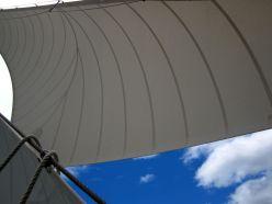 Wind bläht die Segel auf.