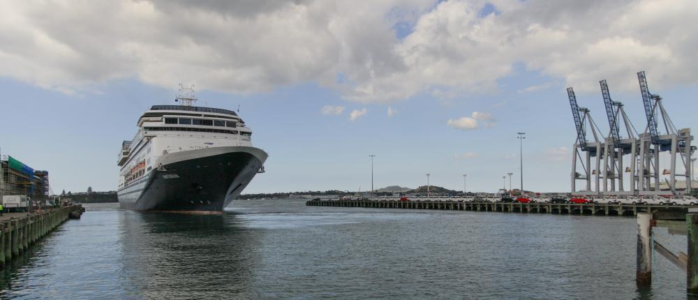 Ein Kreuzfahrtschiff legt ab