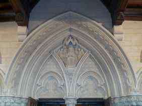Über dem Portal