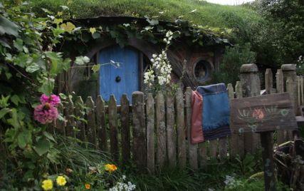 Liebevoll gestaltete Hobbit-Höhlen
