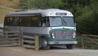 Bus mit neuen Touristen für Hobbingen