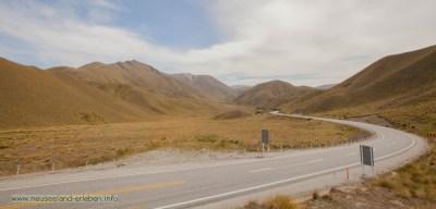 Die Straße windet sich den Lindis Pass herauf.