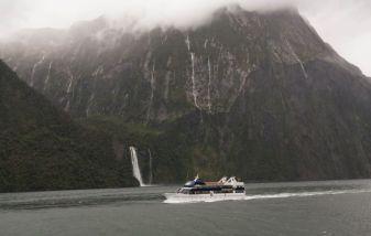 Milford Sound im Regen mit vielen Regenfällen