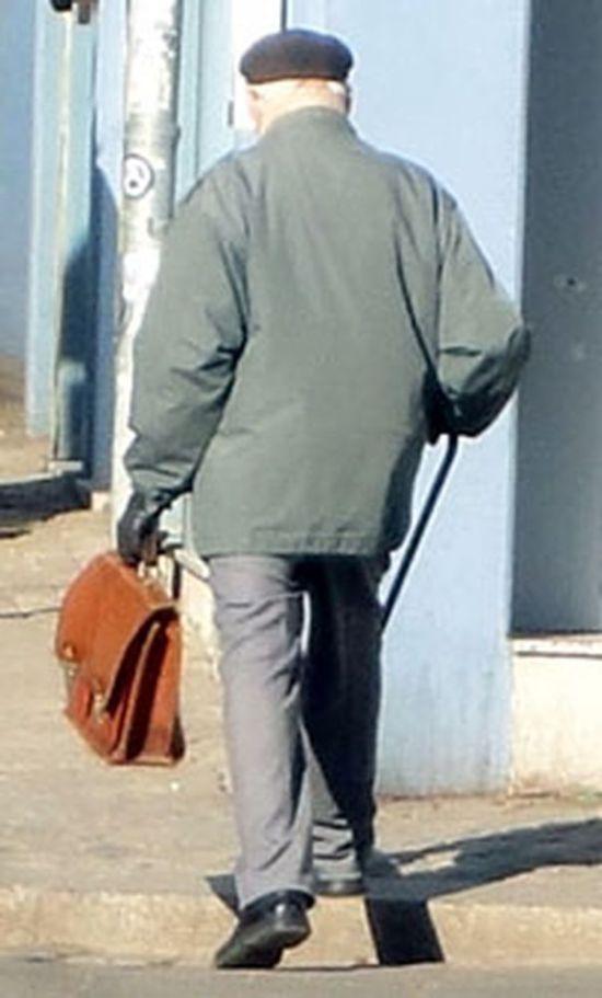 Schimpfender alter Mann auf der Louisenstraße