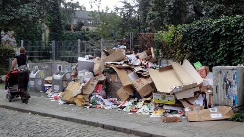 Müllberg vorm Kinderspielplatz, anklicken, um das Bild zu vergrößern.