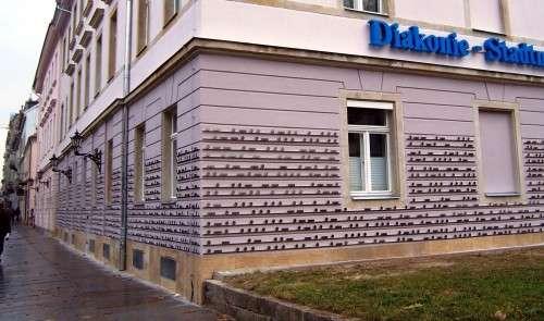 Diakonie-Gebäude mit Metallschienen