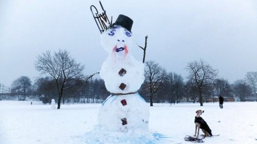 Schneemann mit Hund ... Anklicken, um das Bild zu vergrößern.