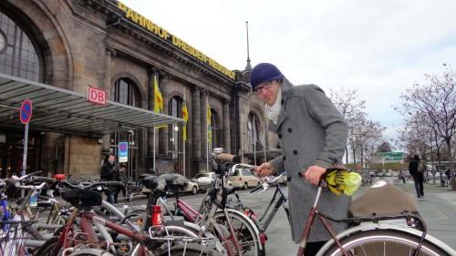 ADFC-Vorstand Konrad Krause findet vorm Bahnhof Neustadt keine Parklücke.