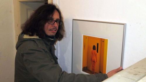 Ulli Gabsch hängt seine Bilder