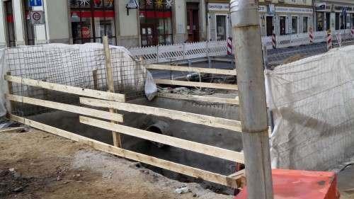 An einigen Stellen wurden die alten Abwasserleitungen schon frei gelegt.