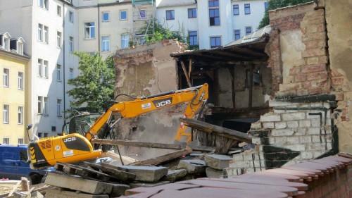 Seit heute wird der alte Pferdestall abgerissen.