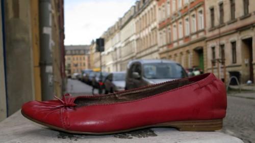 verlorener Schuh auf der Schönfelder Straße