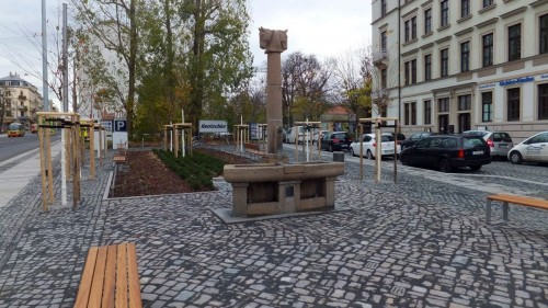 Platz mit Pferdekopfbrunnen