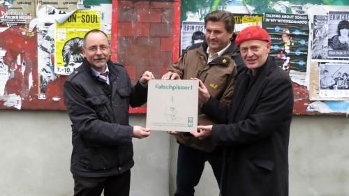 Ortsamtsleiter André Barth, Schulleiter Olaf Böttger und der Projektleiter vom Gewerbe- und Kulturverein präsentieren: Die Fliese.
