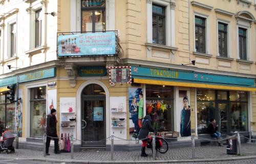 Die aufgepeppte Filiale in türkis-gelb: Sitzkissen und Eulenmuster