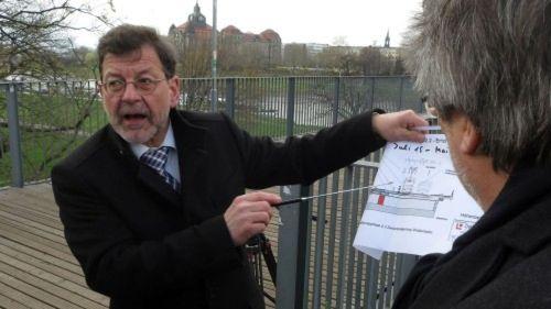 Professor Reinhard Koettnitz erläutert die neue Brückenaufteilung