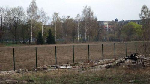 Am Zaun kann man schon die künftige Grundstücksgrenze erkennen.