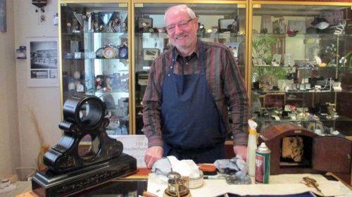 Joachim Reimer in seiner Werkstatt. Von wegen zauselig!