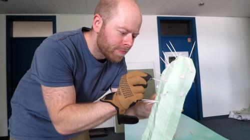 Daniel Engelberg sticht den Kaktus.